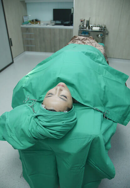 黃琪琛醫師在喬菲臉上找出定位點